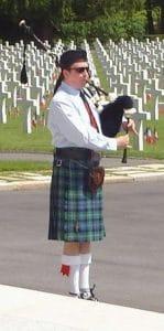 Un sonneur de cornemuse lors d'une cérémonie de commémoration
